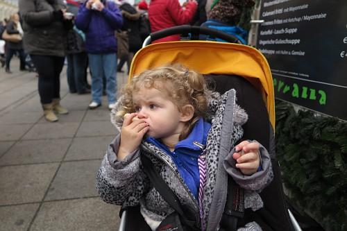 Comendo sanduíche de salsichão na Alemanha (com 1 ano e 11 meses)