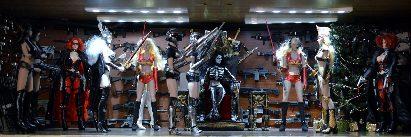 Diorama -   Christmas Morning in Lady Death's Command Center 2v2EHSgisxAChVk
